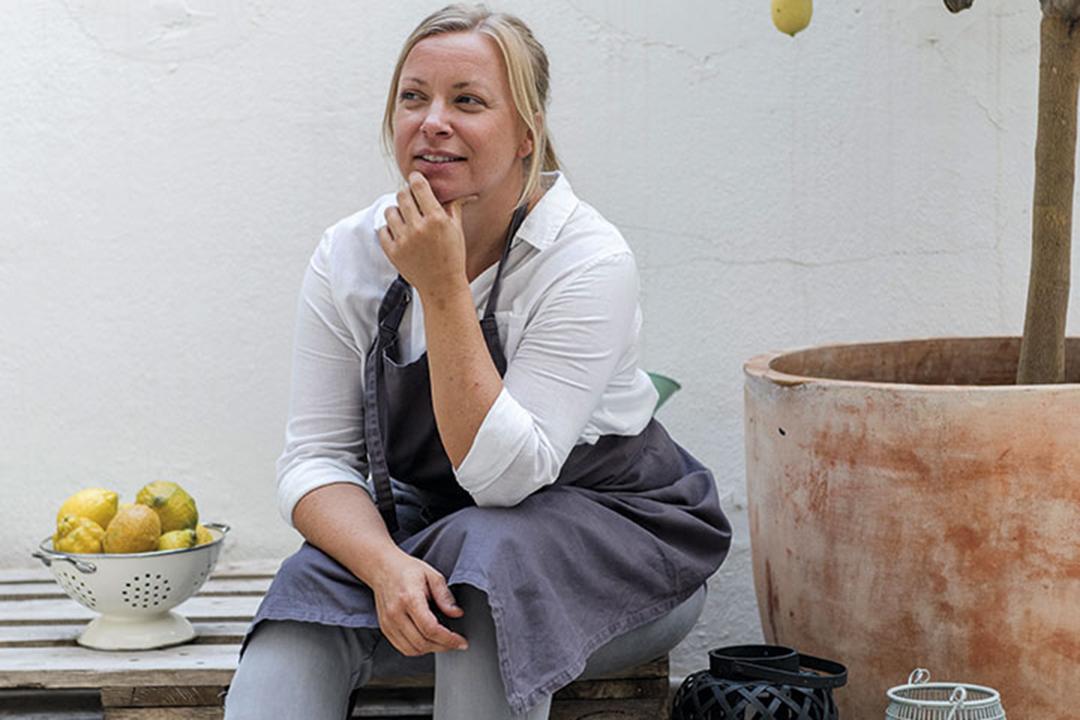 f207e7fccf9 Här blev hon blixtkär i turistguiden. Han fick följa med hem till Småland.  Snabbspola fyrtio år. Louise är nu själv boende på ön.